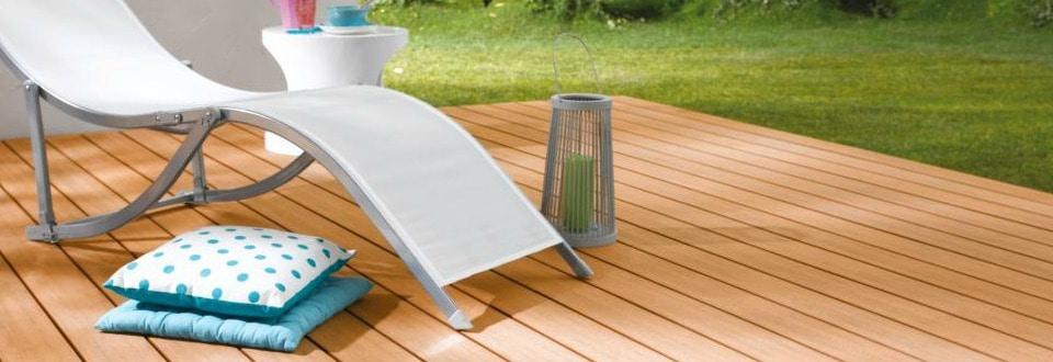 Terrasse avec sol en lames et chaise longue
